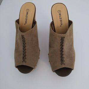 Wild Diva faux suede platform shoe size 7 beige